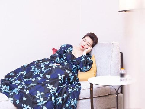 """江珊真的是""""时光美人"""",穿花苞印花裙明艳高贵,侧卧如沉睡女王"""