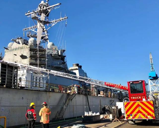 """在造船厂维护升级的美国海军""""麦克坎贝尔""""号驱逐舰"""