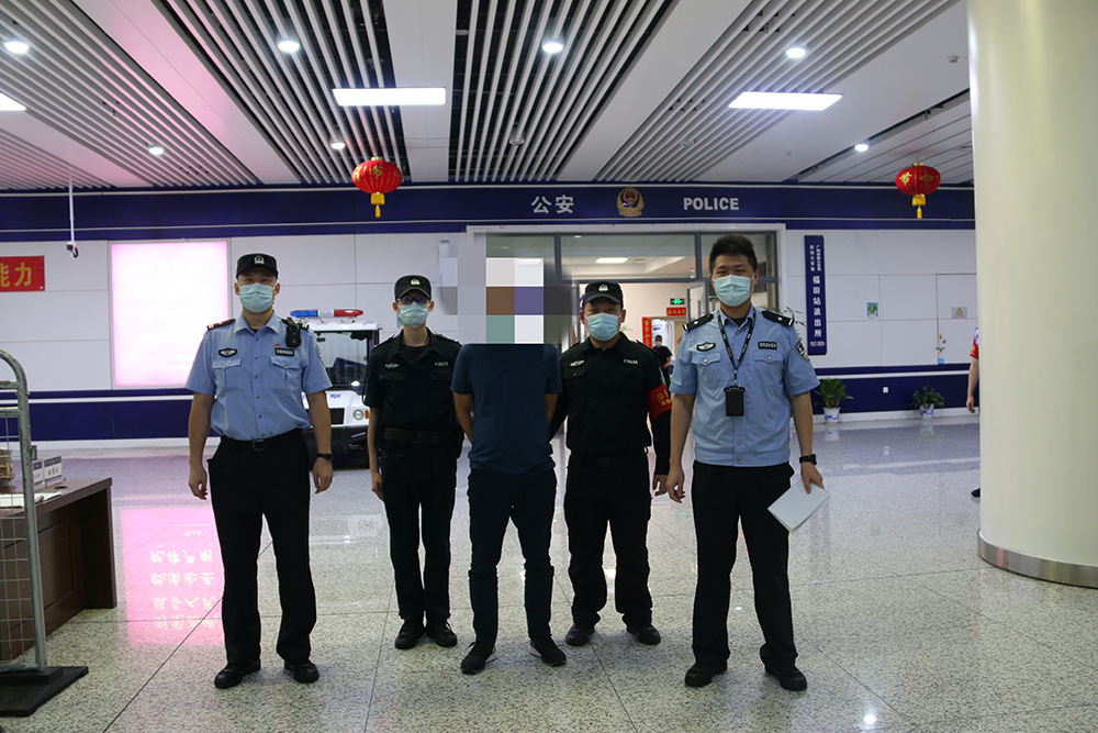 偷拍男子被抓 图片来源:深圳铁路公安处