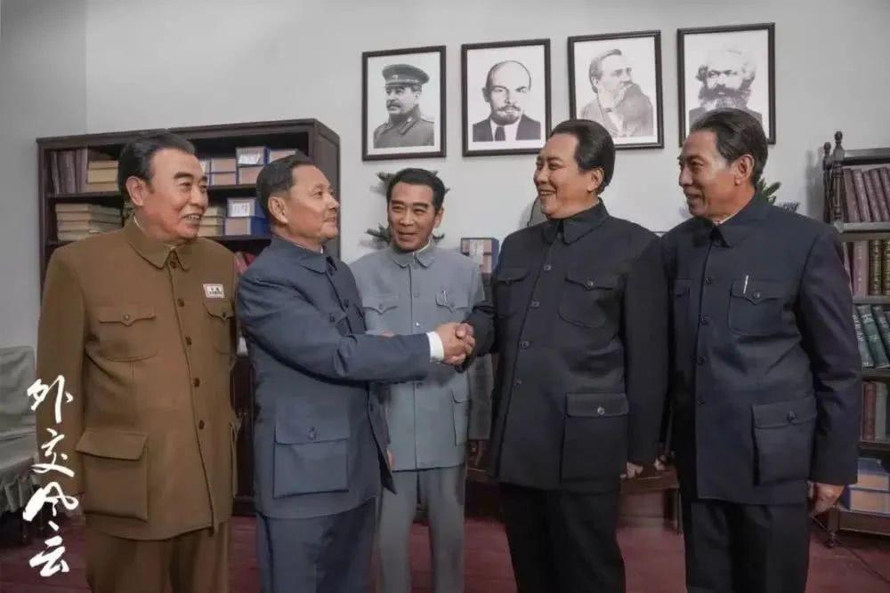 电视剧《外交风云》中,王伍福饰演朱德(左一)。
