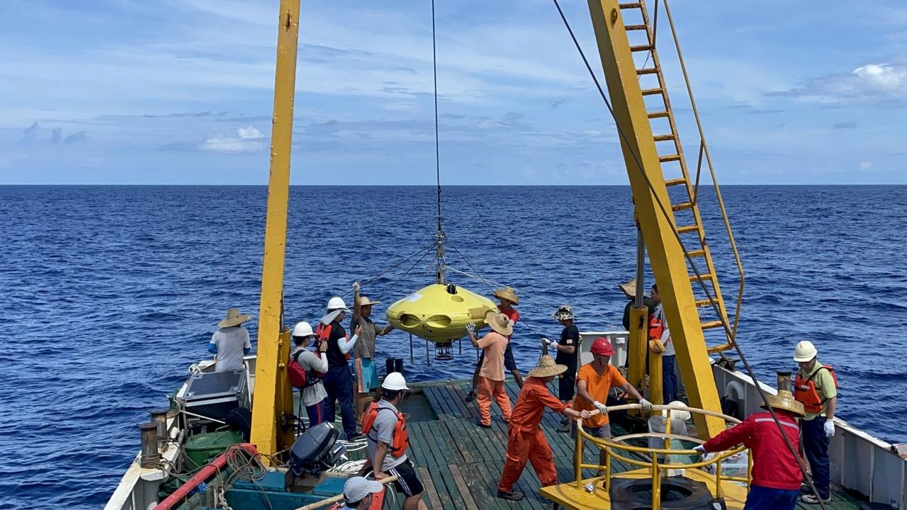 浙大牵头研发的新概念潜水器海试成功 水下直升机深潜1000米