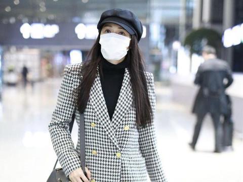 伊能静冬天也不忘扮嫩,穿千鸟格西装配百褶短裙,哪像52岁的人
