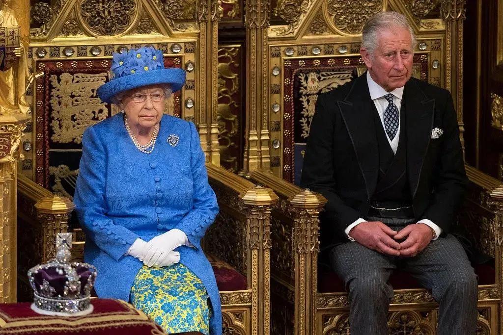 英国女王与查尔斯王子资料图