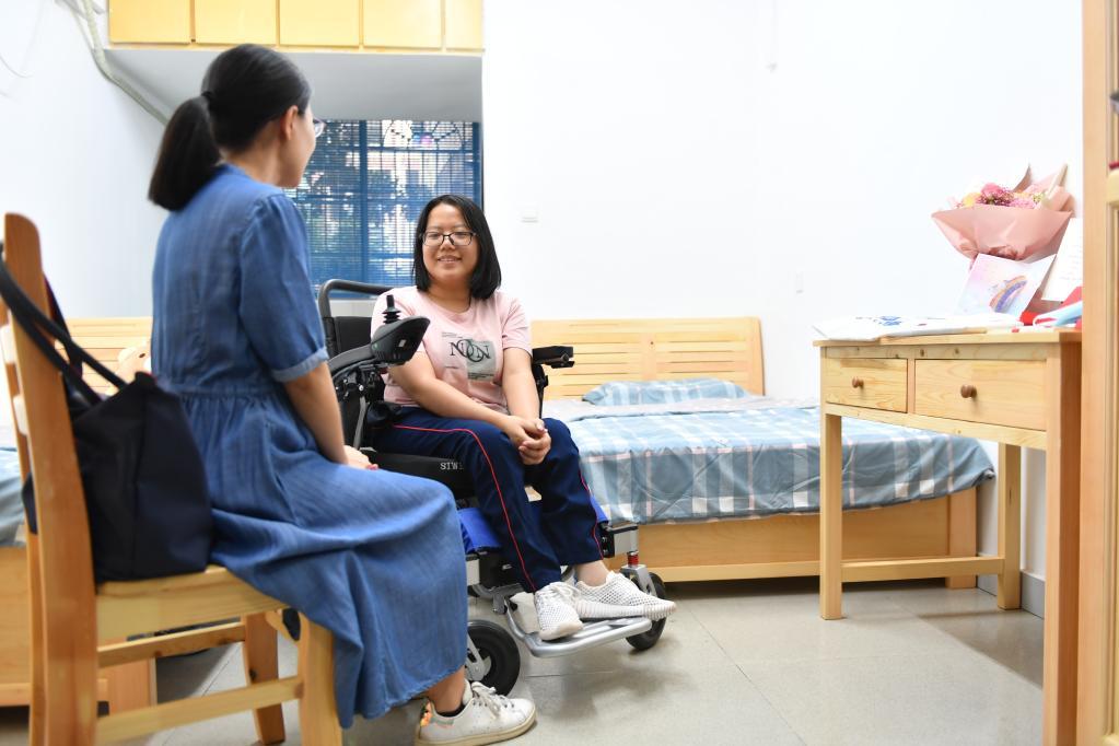 谢可欣和学业导师在一起交流。新华社记者 赵众志 摄