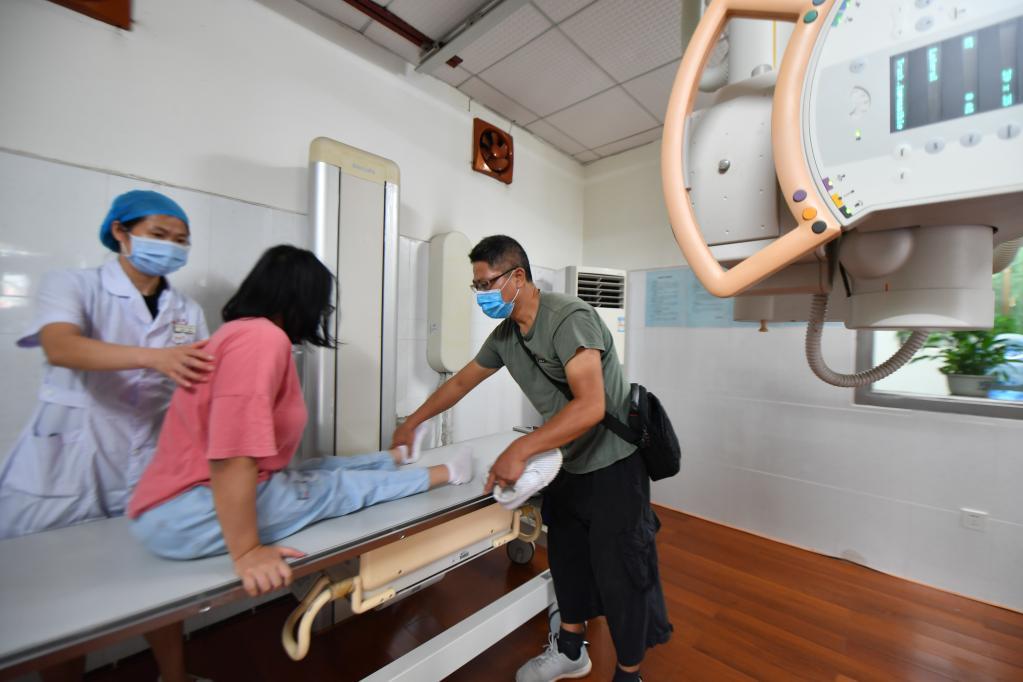 谢培军陪着女儿在湖南大学医院检查身体。新华社记者 赵众志 摄