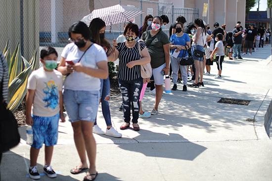 8月12日,美国洛杉矶学生接管新冠病毒检测 图自澎湃影像