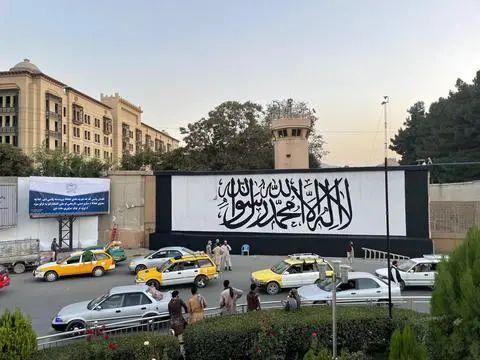 ▲美国驻阿富汗大使馆墙上,出现塔利班旗帜