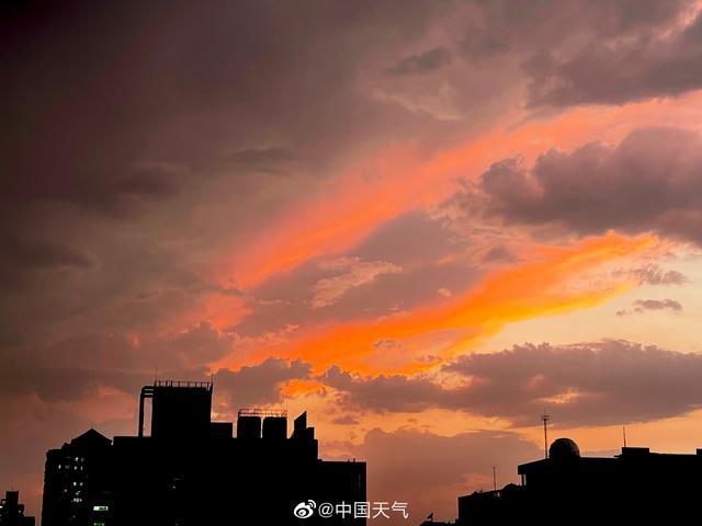 雨后北京天空出现艳丽火烧云