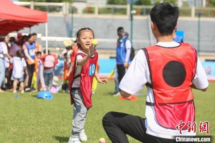 图为孩子和家长在参加趣味粘球项目。刘力鑫 摄