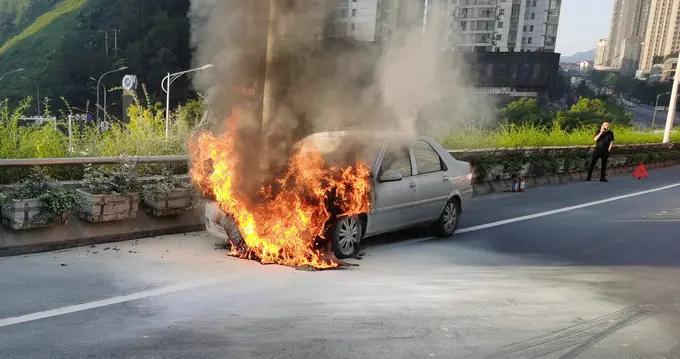 十堰一立交桥上,行驶轿车突发自燃,发动机舱烧成废铁