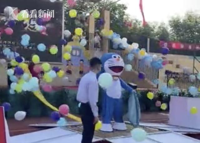 小学校长开学典礼cosplay哆啦A梦:希望孩子们实现梦想-小柚妹站