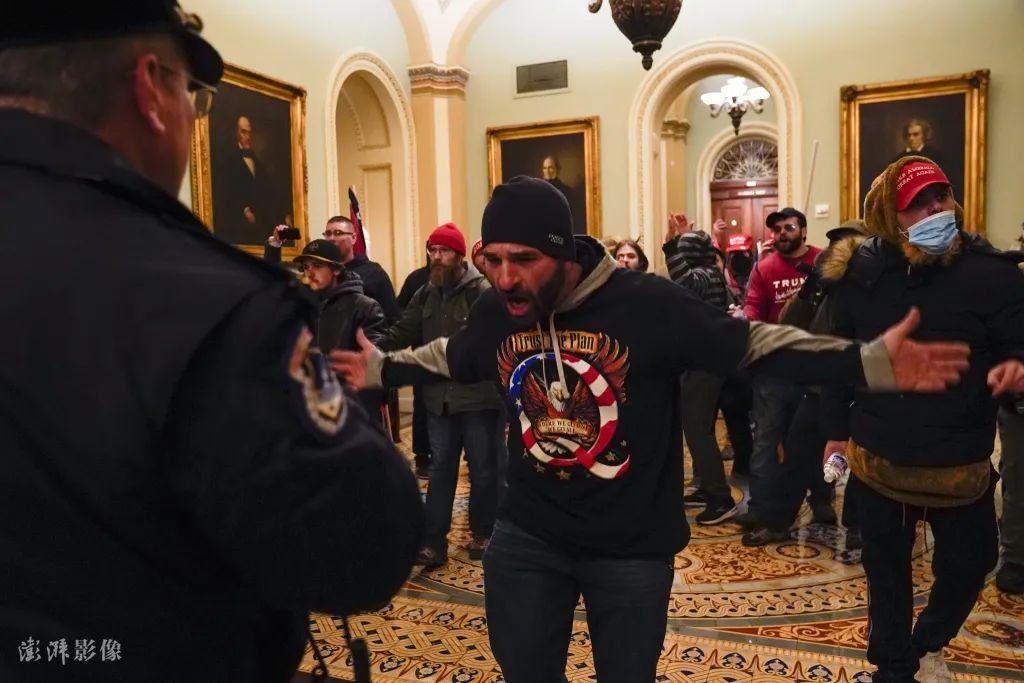 当地时间1月6日,示威者冲进美国国会区域,并攻破了国会大厦。图自澎湃影像