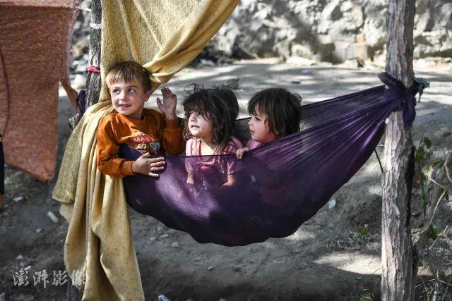 当地时间9月2日,从昆都士、塔哈尔、巴格兰等地区逃离的难民聚集在阿富汗首都喀布尔,搭建帐篷居住生活艰辛。图自澎湃影像