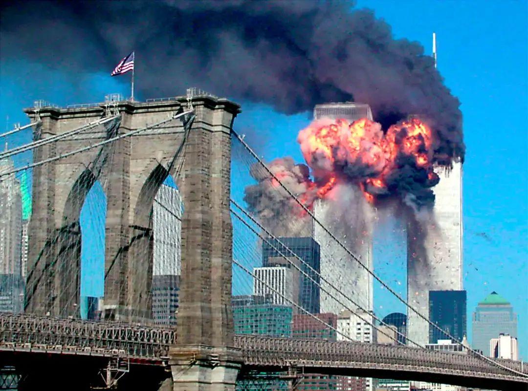 2001年9月11日,纽约世贸中心大厦遭客机撞击。图自美媒