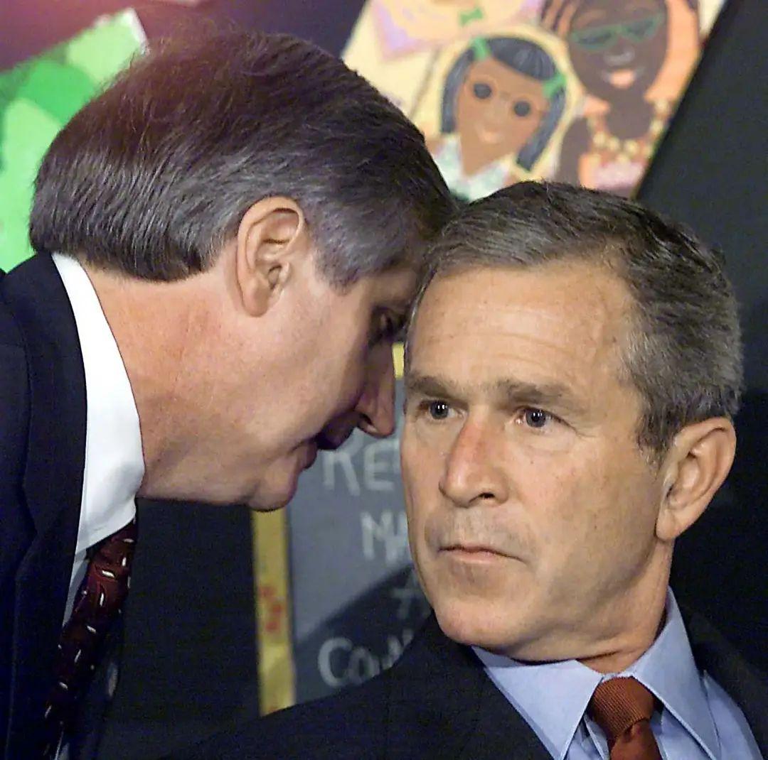 """""""9·11事件""""发生当天,时任美国总统小布什在佛罗里达州一场校园活动上,第一时间获悉白宫幕僚长情报时的反应。图自美媒"""