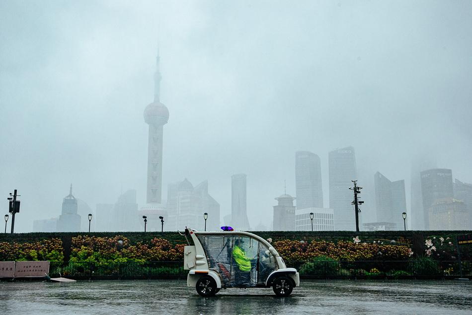 """2021年9月13日傍晚,民警驾驶警用电瓶车在外滩江堤进行不间断的巡逻巡逻。应对台风""""灿都"""",外滩观光平台已于12日23点30分封闭。"""
