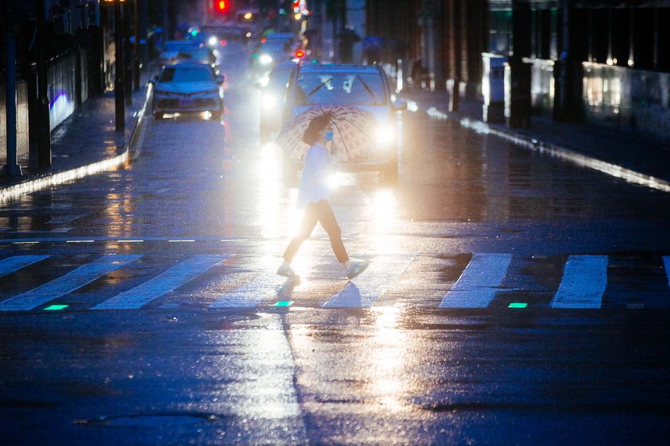 2021年9月13日傍晚,上海,中山东一路福州路路口,市民在过横道线。