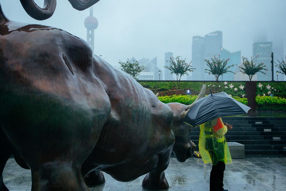 2021年9月13日傍晚,上海,保安在外滩金融牛附近巡逻。