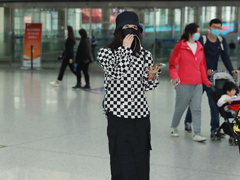李菲儿千鸟格黑白装扮经典时尚