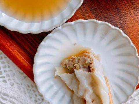 牛肉饺子馅怎么调不膻还多汁?教你调馅技巧,汁多肉嫩,不膻不柴