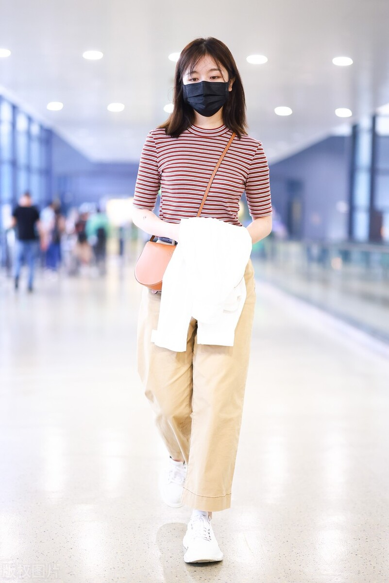 李兰迪穿红白条纹衫搭配卡其色长裤
