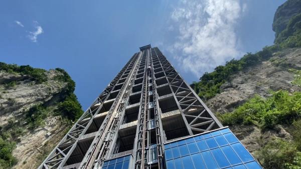 """重庆一景区现222米""""悬崖电梯"""""""