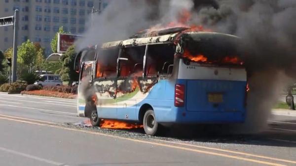客车等红灯时突发起火,13名乘客20秒内快速逃生