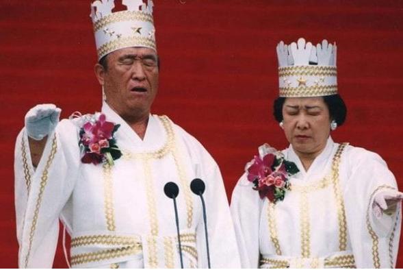 """(图为""""做法""""中的韩国统一教教主文鲜明及其妻子韩鹤子)"""