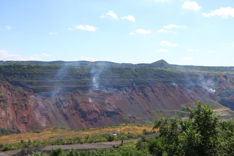 9月7日,海州露天矿经过治理后的矿坑,残余的煤自燃冒出几缕白烟。新京报记者杜寒三摄