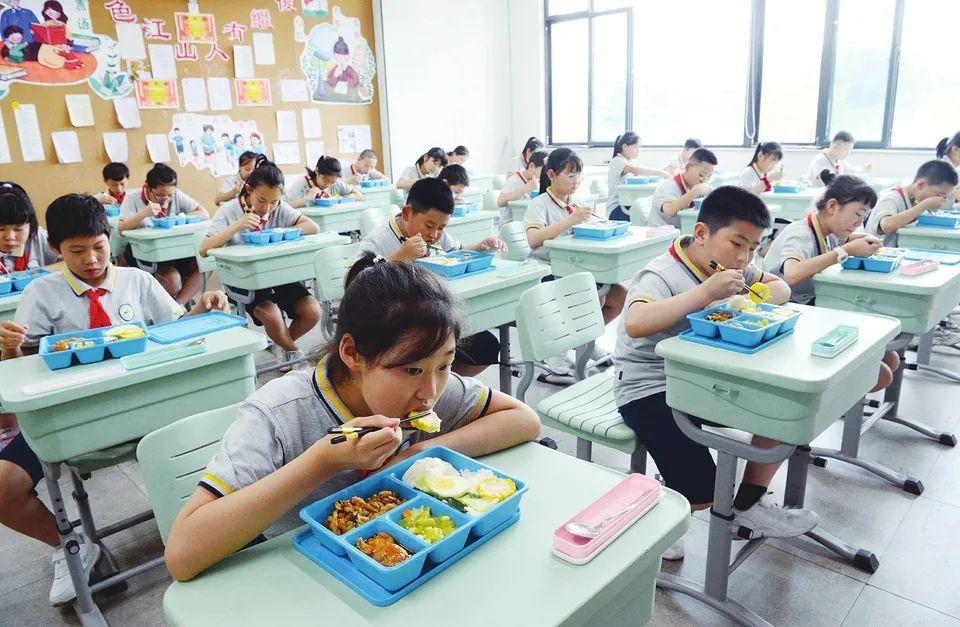 """妈妈再也不用担心娃的午餐啦!太原市城镇小学逐步推行""""放心午餐"""""""