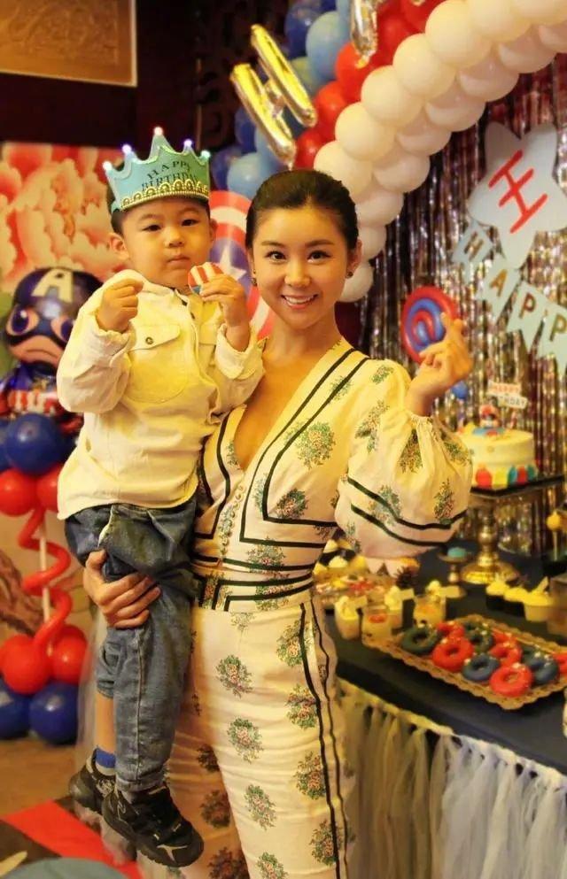王雷为妻子准备生日,儿子罕见出镜,36岁李小萌气质太好