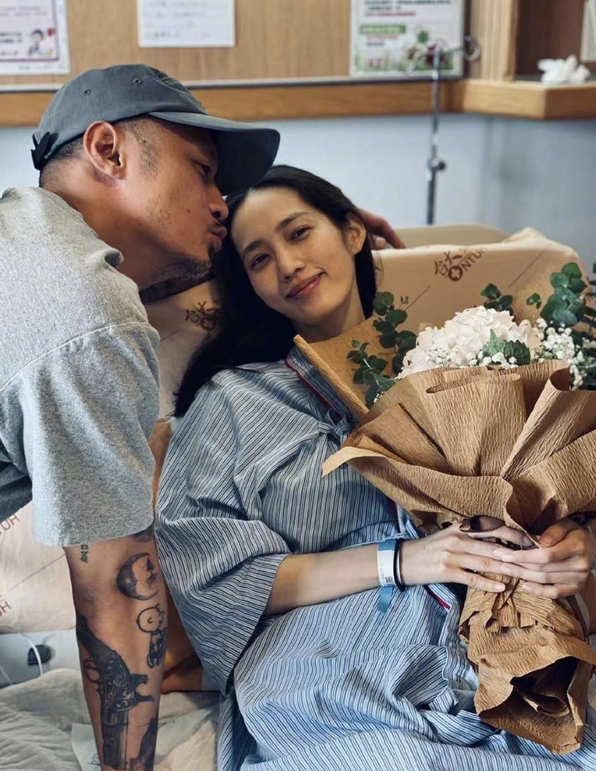 余文乐晒夫妻合影为1岁女儿庆生,亲吻产后的王棠云甜蜜温馨