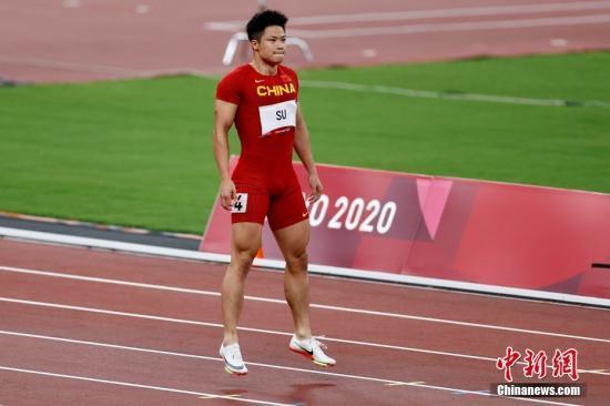 资料图:8月1日,在东京奥运会田径男子百米半决赛中,中国选手苏炳添以9.83秒的成绩获得小组第一顺利晋级决赛,并打破亚洲纪录,他也成为了首位闯进奥运男子百米决赛的中国人。图为苏炳添在赛前热身。 中新社记者 富田 摄