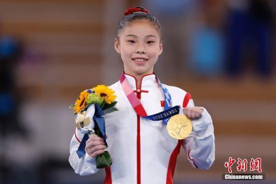资料图:北京时间8月3日,在东京奥运会女子平衡木决赛中,中国选手管晨辰以14.633分夺得冠军。这是中国代表团本届奥运会的第32金。另一位中国选手唐茜靖获得第二。图为管晨辰展示金牌。 中新社记者 富田 摄