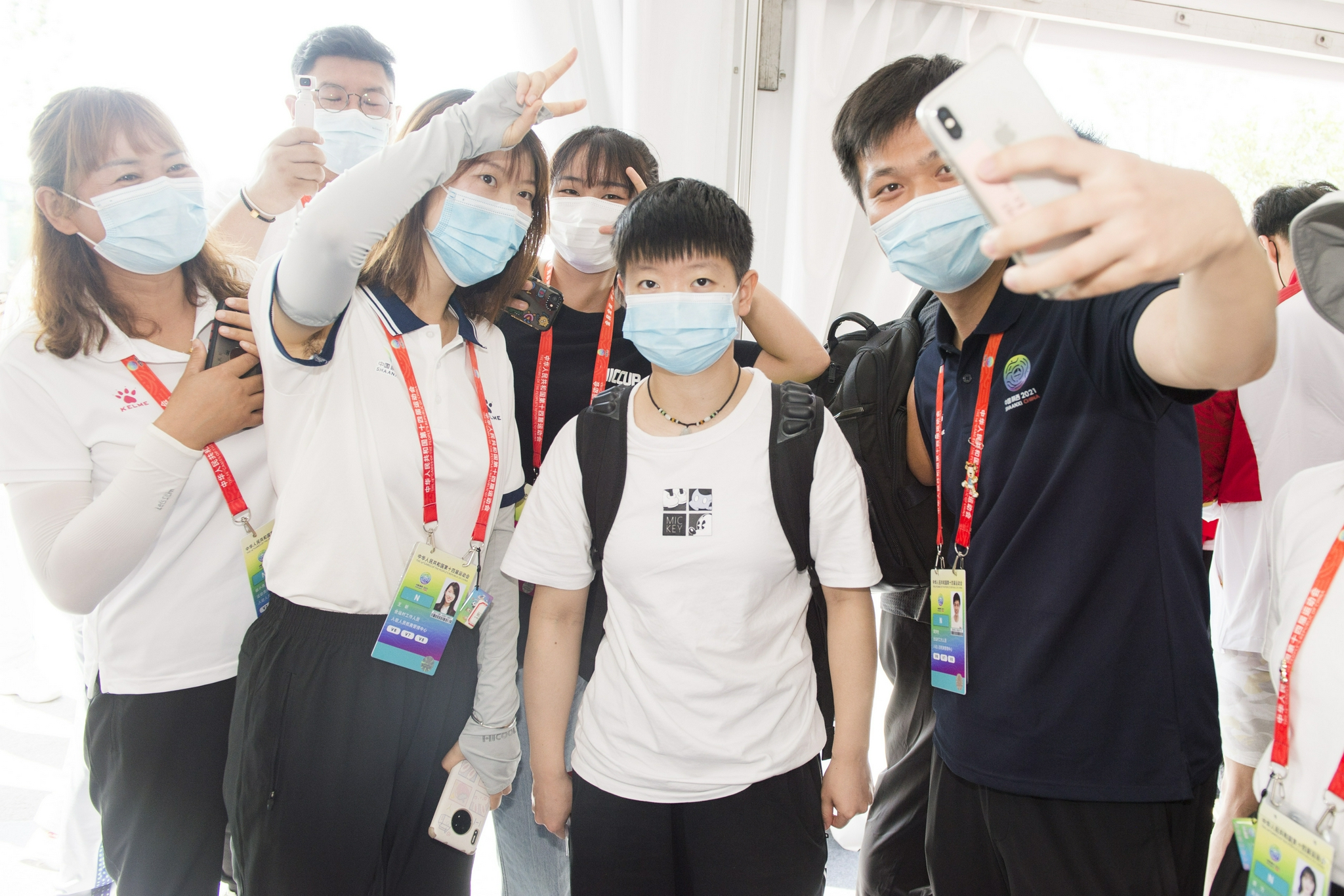 A group photo of volunteers and Sun Yingsha.