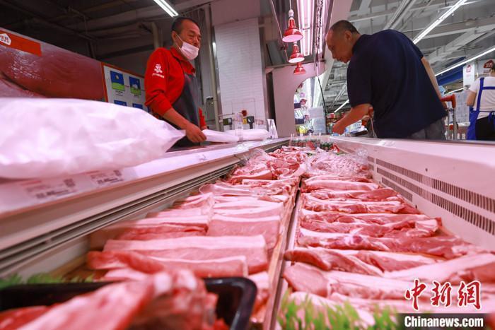 资料图:山西太原一超市,消费者在选购猪肉。 中新社记者 张云 摄