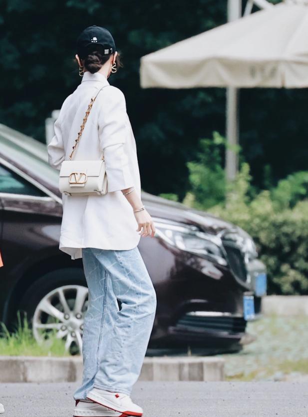 唐嫣私服照释出,白西装牛仔裤简约休闲,戴上墨镜酷帅有型