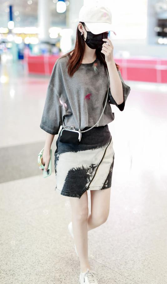 李沁机场私服照,泼墨T恤休闲简洁,水洗牛仔裙显气质