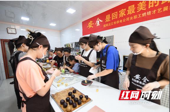 国网沅江市供电公司:做个篆刻月饼送班组 安全警示记心头