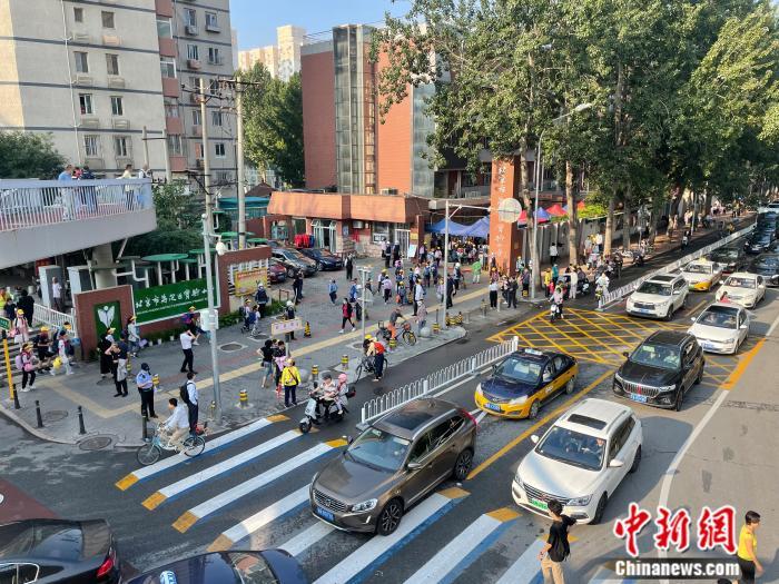 北京市花园桥附近,学生们正在进入学校。 任靖 摄