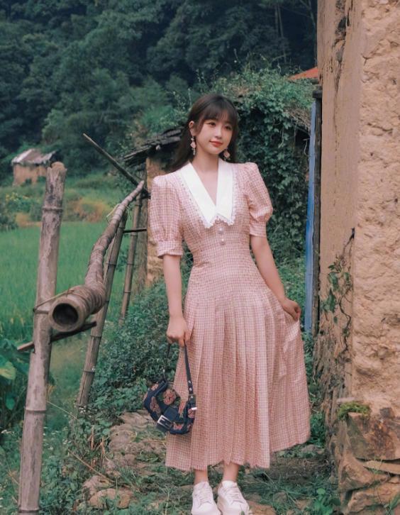 """虞书欣被低估了,当她穿上粉色格纹裙出镜,说是""""颜担""""不为过"""