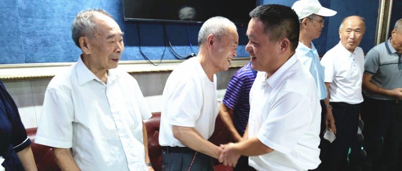 萍乡市检察院代检察长邓文忠节前走访慰问退休老干部