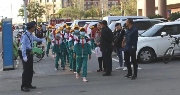 张掖市公安局森林分局协助学校疏导管控交通秩序