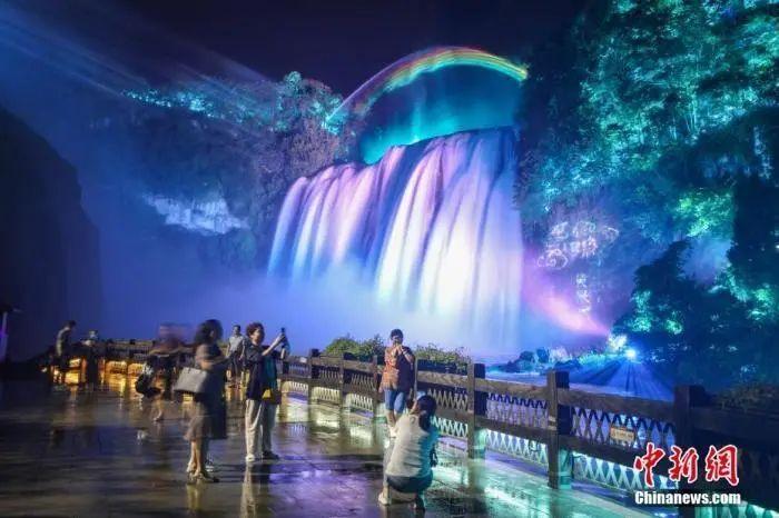 资料图:夜游黄果树瀑布。瞿宏伦 摄