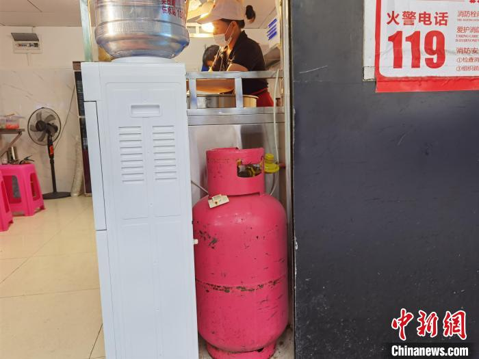图为贵阳市餐饮用户使用瓶装液化气。 周燕玲 摄