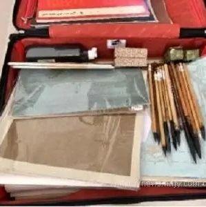 毛笔、墨汁、贴纸、泥土、黄花菜、臭豆腐……老师们为什么带这个上飞机?
