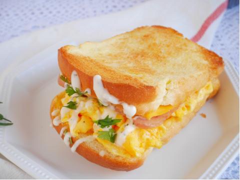 早餐店同款吐司三明治,芝士香混合着奶香,咬一口很满足