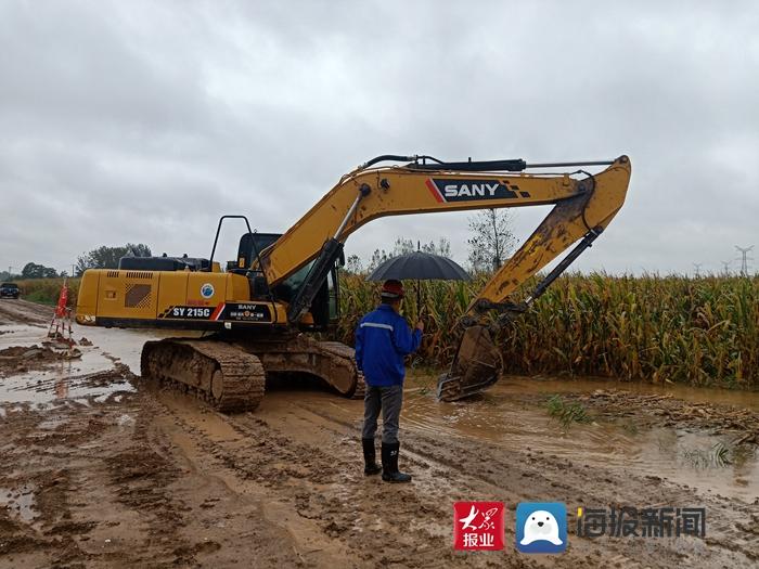 帮18个村挖河道排积水  中铁十局濮新高速一分部用行动彰显央企担当