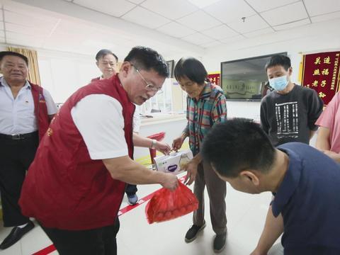 安徽芜湖:明天就是中秋佳节了,他们让社区里充满了爱心与温暖