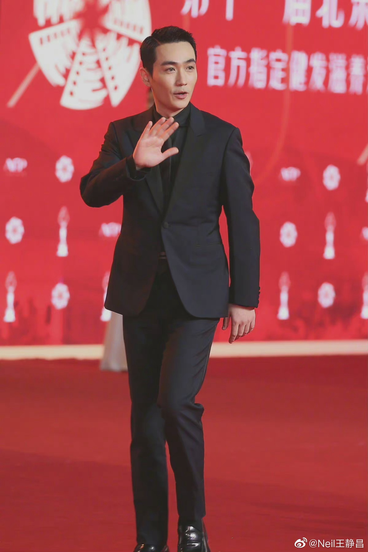 亮相北影节红毯,全身黑色标准男演员红毯装束……